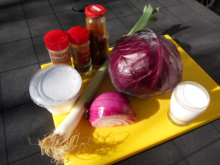 sopa de col lombarda con queso ricotta