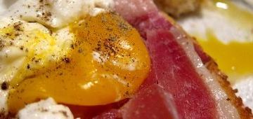 tosta-jamon-serrano-y-huevo-poche