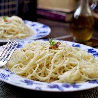 """Espaguetis """"aglio e olio"""". La salsa clásica de aceite y ajo """"express""""."""