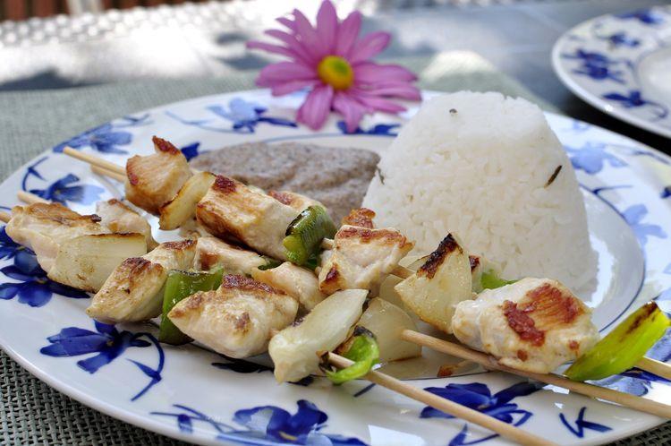 Brochetas de pollo y verduras con salsa de champiñones