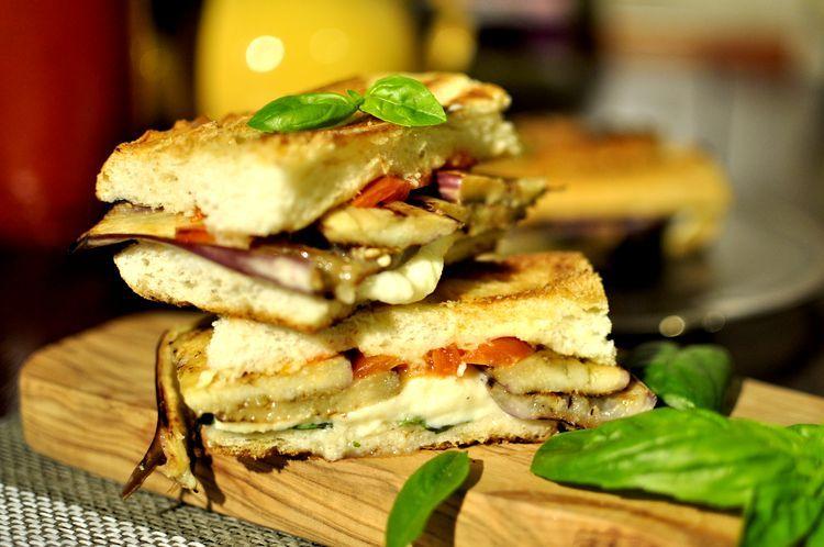 Sándwich vegetariano de berenjenas