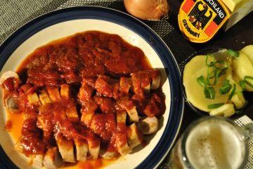 currywurst casero con patatas fritas estilo aleman