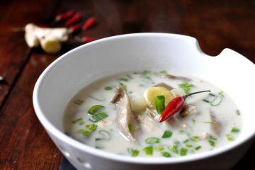 Sopa tailandesa de pollo y leche de coco (Tom Kha Kai)