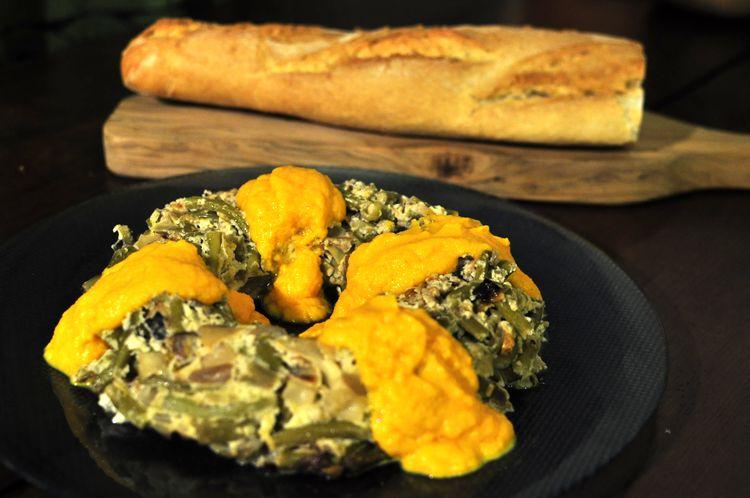 Pastel vegetal de ajetes y champiñones con salsa de zanahoria