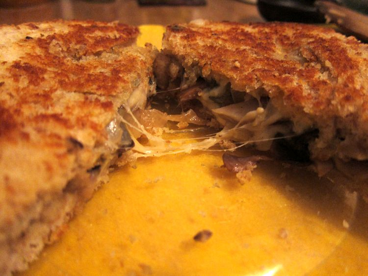 sandwich-vegetariano-de-champinones-cebolleta-y-queso-08