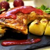 Pollo al horno con salsa de fresas
