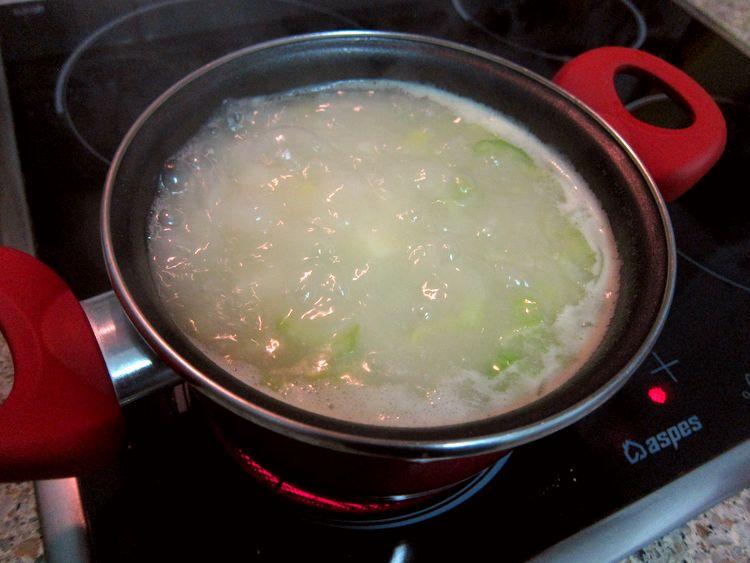 Sopa de apio y patata con cebollino y bacon