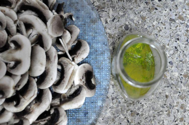 carpaccio de champiñones con parmesano, nueces y rúcula