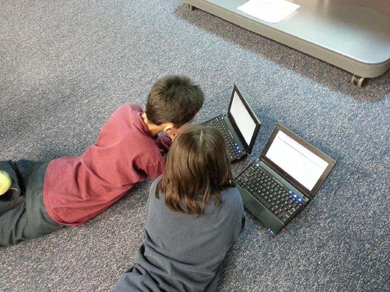 Niños cono ordenadores / Pikist