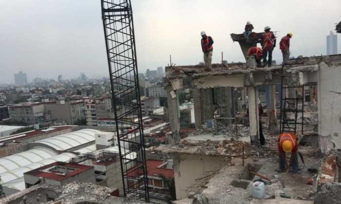 Trabajadores realizan la demolición de inmueble