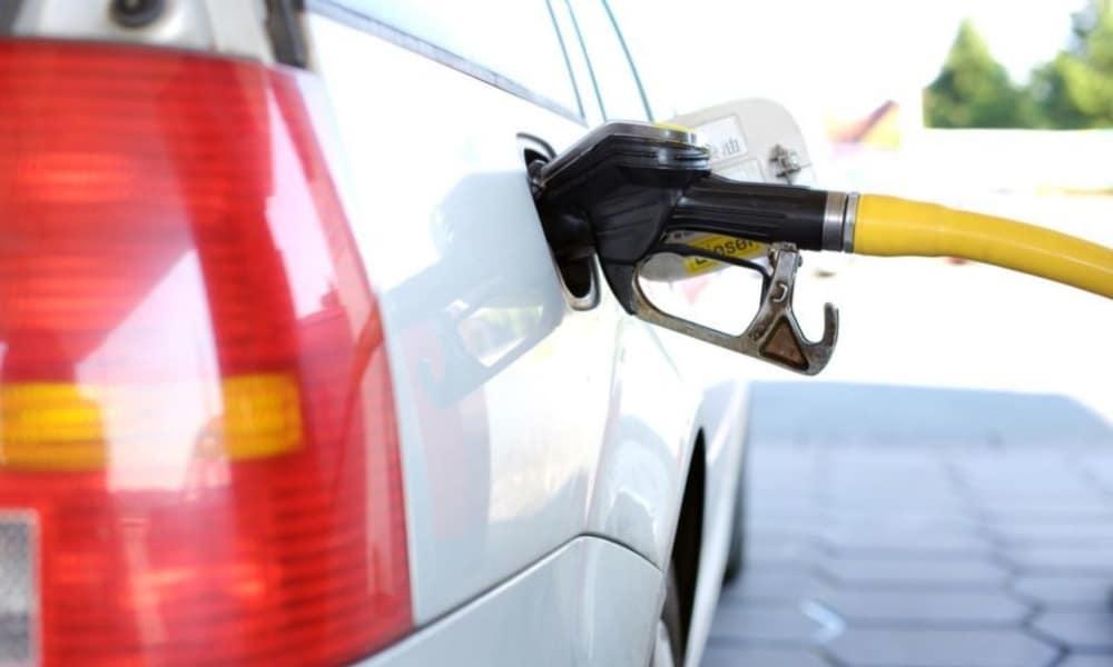 Automóvil cargando gasolina