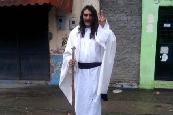 Insólito: un candidato a concejal tucumano hace campaña vestido de Jesús