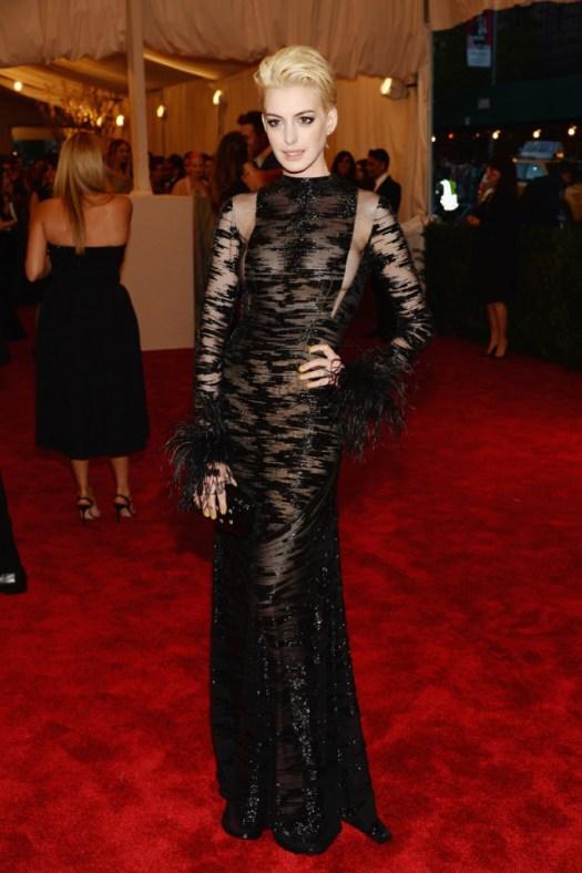 Anne Hathaway enfundada en un sinuoso vestido negro de Valentino los actos más punk  pelo teñido de rubio para lo ocasión. La inspiración, ha sido Debbie