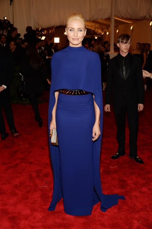 Cameron Díaz ha elegido un vestido minimal con capa en azul eléctrico de Stella McCartney y un cinturón con spikes.