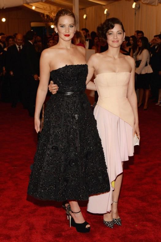 Dos formas de entender y expresar los diseños de Raf Simons para Christian Dior Jennifer Lawrence y Marion Cotillard.
