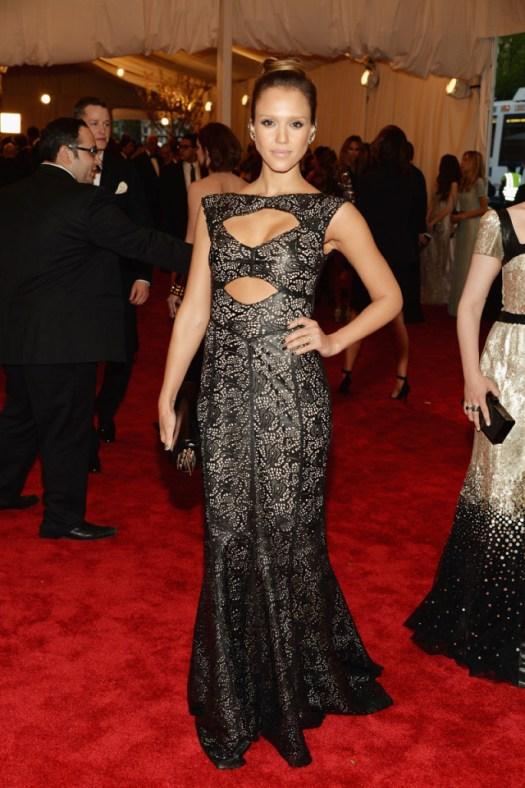 Jessica Alba ha elegido a una de las grandes diseñadoras americanas, Tory Burch. Como ella ha explicado en la alfombra roja, ha encontrado el punto punk en la piel negra con la que está confeccionado.