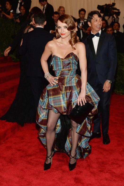 No podían faltar los cuadros tartán en una noche de temática punk, la encargada de lucirlos es Christina Ricci con un apabullante vestido asimétrico de fada tail heem y escote de corazón de Vivienne Westwood.