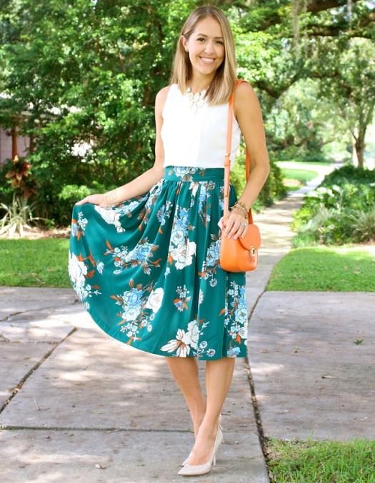 falda-midi-verde-con-flores-y-cartera-naranja