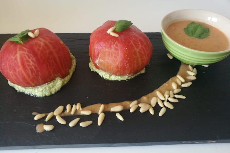 presentar un plato de tomates rellenos frios