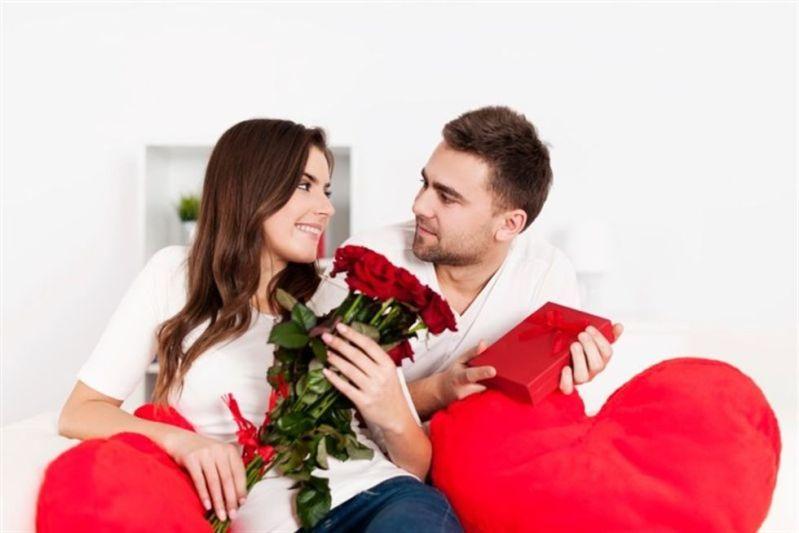 La teoría más aceptada es la historia de un sacerdote llamado Valentín. Este hombre, casaba de forma clandestina a las parejas ante la prohibición del emperador Claudio II (Foto: Freepik)