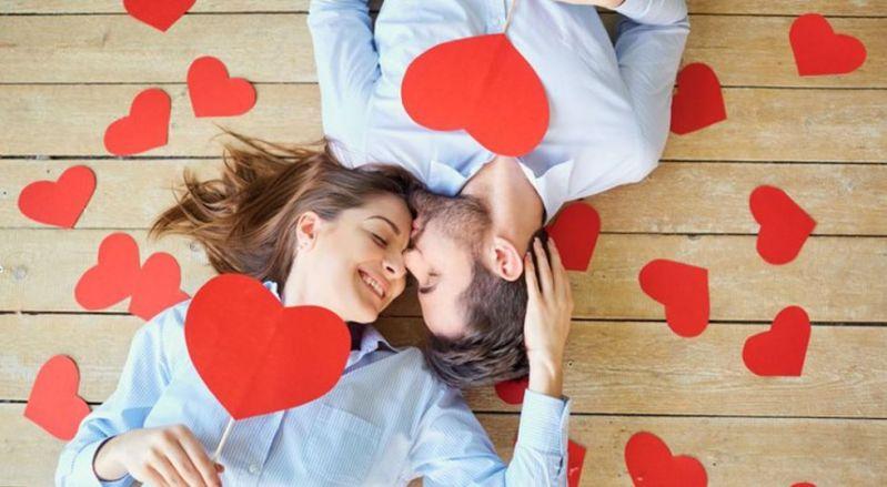Durante este día, parejas de diferentes partes del mundo demuestran su amor con regalos o detalles que reflejan todo lo que sienten el uno por el otro (Foto: Freepik)