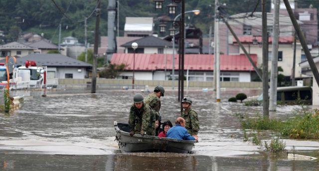 Las Fuerzas de Autodefensa de Marumori, prefectura de Miyagi,buscan a desaparecidos y personas atrapadas tras el impacto de poderoso tifón Hagibis en Japón. (EFE).