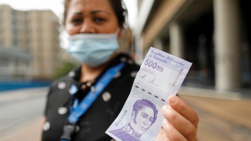 El nuevo billete de medio millón de bolívares apenas vale US$0,25. (Reuters).