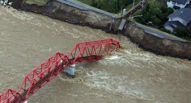 Una imagen aérea muestra un puente colapsado sobre el río Chikuma en Ueda, prefectura de Nagano. (EFE).