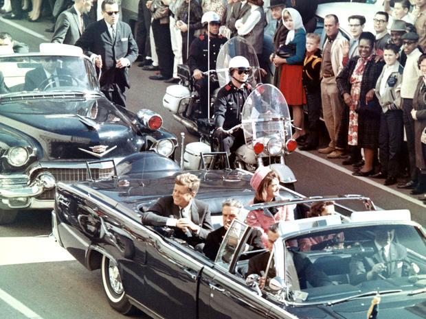 John F. Kennedy fue asesinado mientras realizaba una caravana en Dallas, Texas, en su auto descapotable. Gobernó desde 1961 hasta 1963.