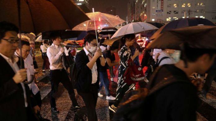 Viajeros en la hora pico durante una tormenta de lluvia cerca de la estación Shinagawa en Tokio, Japón (Foto: Reuters).