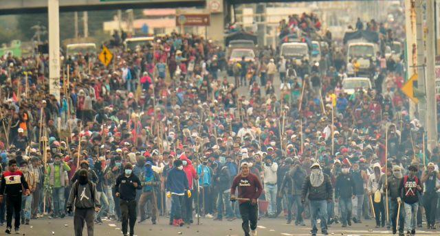 Indígenas y campesinos bloquean un camino mientras protestan contra las políticas económicas del gobierno de Lenin Moreno con respecto al acuerdo firmado en marzo con el Fondo Monetario Internacional (FMI). (Foto: AFP)