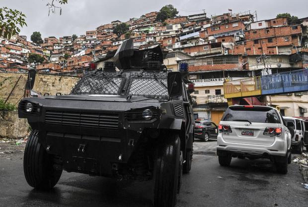 Un vehículo blindado VN-4 de la Policía Nacional de Venezuela recorre una de las principales calles de la barriada Cota 905 en Caracas. (Foto de Yuri CORTEZ / AFP).