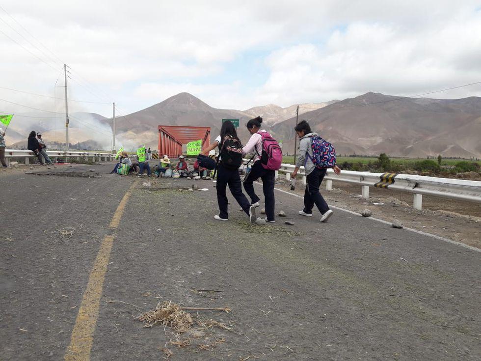 Muchas personas han tenido que caminar varios kilómetros debido al bloqueo de las rutas. (Foto: Zenaida Condori)