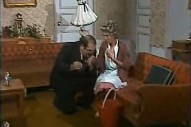 Mr. Barriga, on his knees, cleaning Doña Florinda's clothes (Photo: RCN)