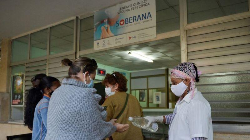 Los organismos científicos de Cuba se preparan para la fase III de ensayos de la vacuna Soberana 02. (Foto: Getty Images, vía BBC Mundo).