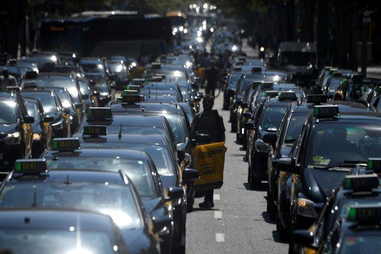 Los taxis de Barcelona reanudan su protesta tras sentencia favorable ...