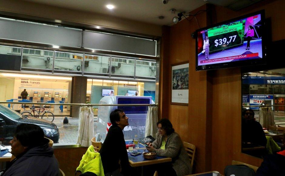 Un programa de noticias muestra las tasas de cambio del dólar en Buenos Aires, Argentina