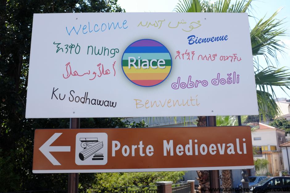 El cartel de entrada al pueblo