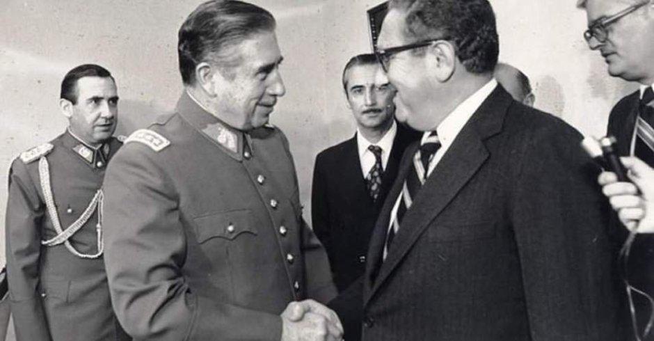 Dictador chileno Augusto Pinochet saluda al secretario de Estado de EEUU, Henry Kissinger, en 1976