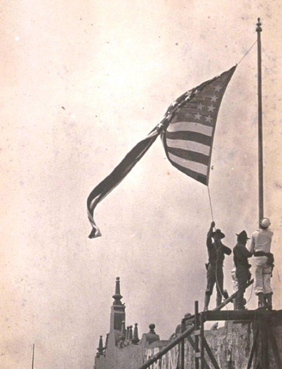 Militares izan la bandera de EEUU en el puerto de Veracruz