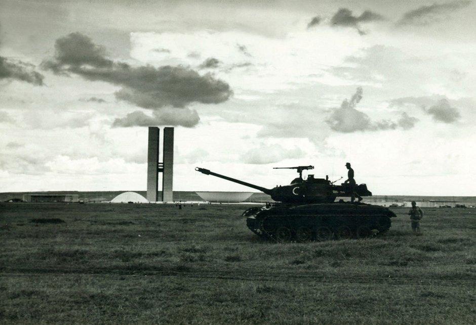 Un tanque M41 Walker Bulldog frente al Congreso Nacional de Brasil
