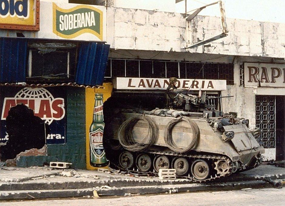 Un vehículo blindado estadounidense M113 frente a la sede de las Fuerzas de Defensa de Panamá