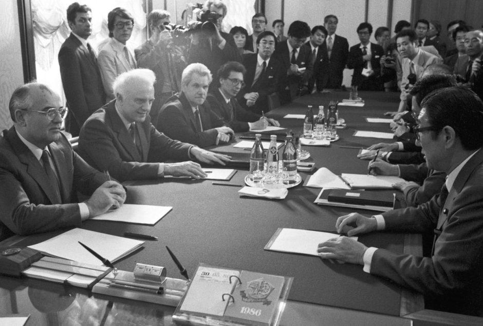 Encuentro de Mijaíl Gorbachev con Shintaro Abe en el Kremlin.
