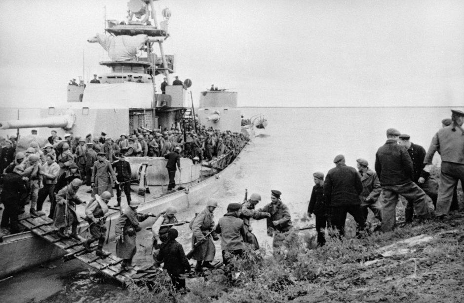 Los marineros soviéticos ayudan a los soldados a desembarcar durante una operación del Ejército de la URSS para derrotar a los militantes japoneses.