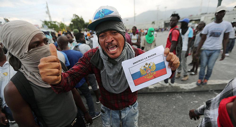 Manifestantes haitianos queman la bandera de EEUU y piden apoyo de Rusia (video)