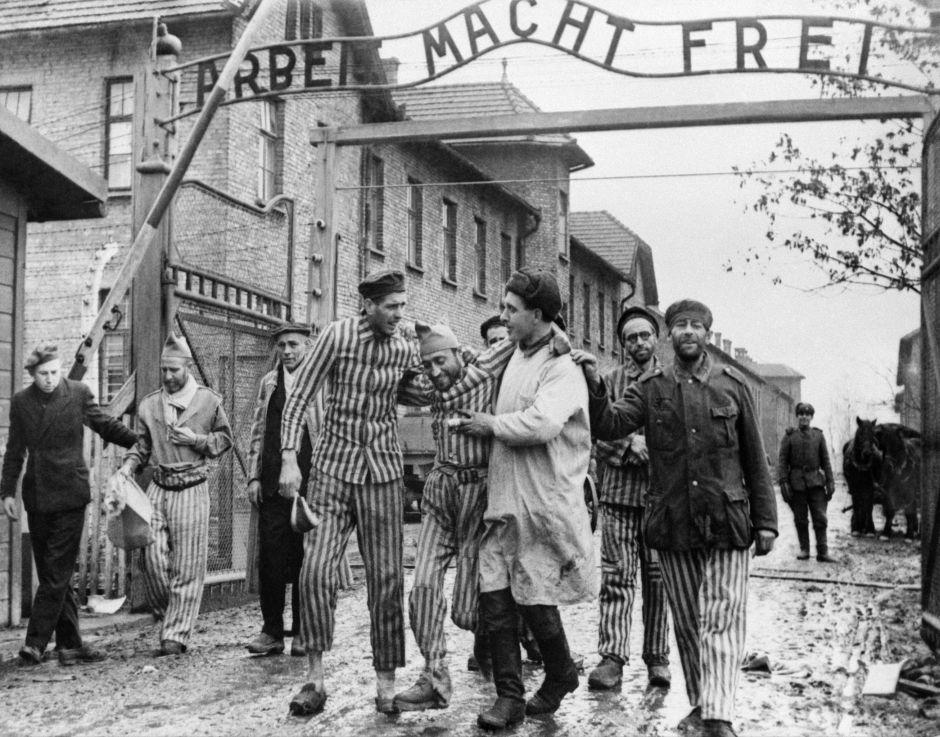 Prisioneros del campo de concentración Auschwitz tras su liberación