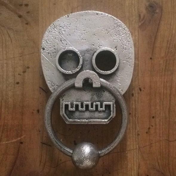 visor de puerta en forma de calavera