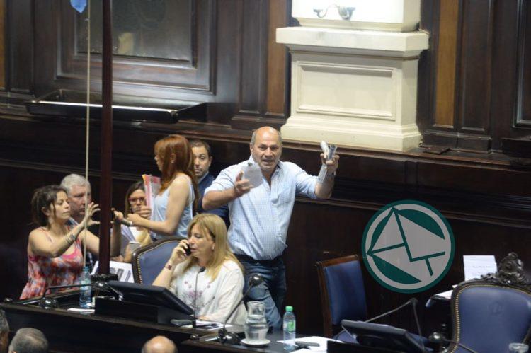 Secco y militantes invadieron la Legislatura bonaerense y la sesión quedó interrumpida