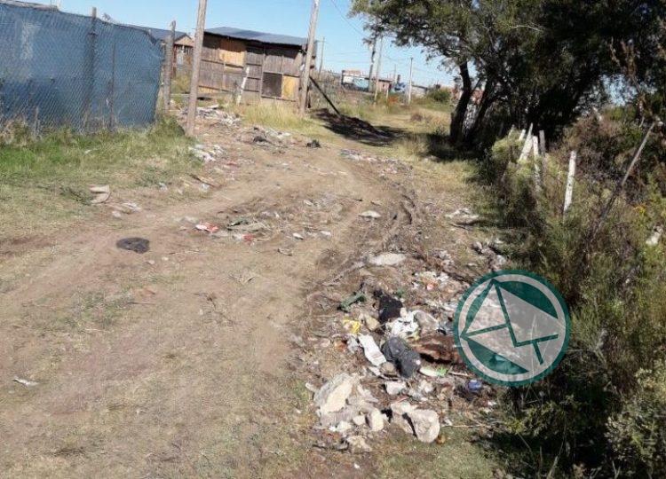 Denuncian en Berisso que rellenaron con basura una calle en vez de mejorado