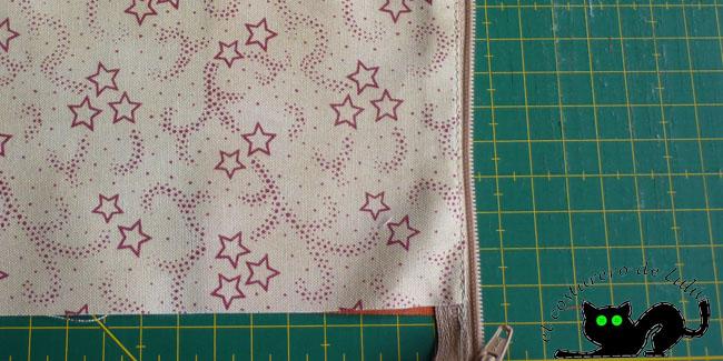 Giramos las telas y cosemos un pezpunte exterior para asentar las costuras